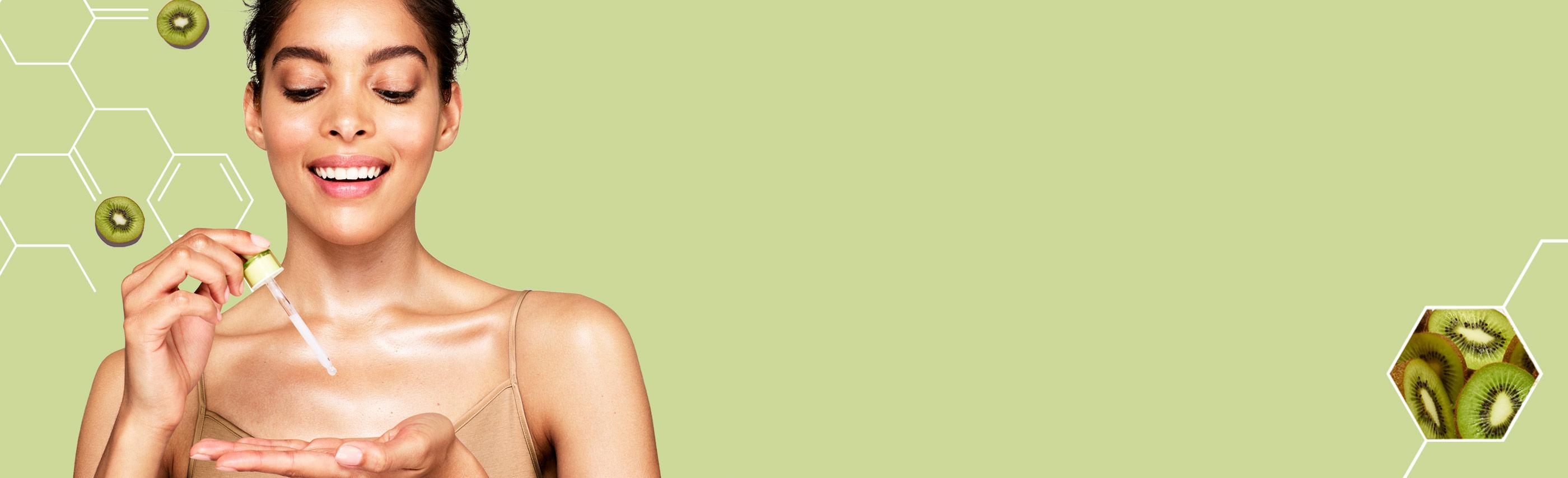 mujer usando el suero aveeno positively radiant maxglow