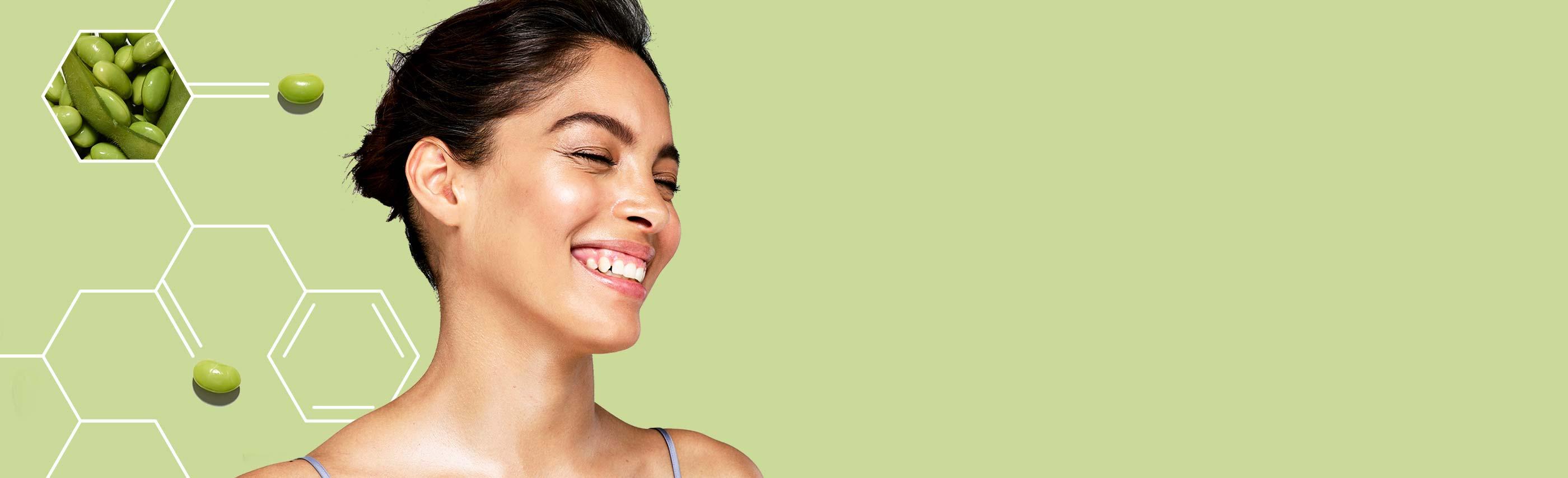 mujer sonriente con piel reluciente gracias a Aveeno Positively Radiant
