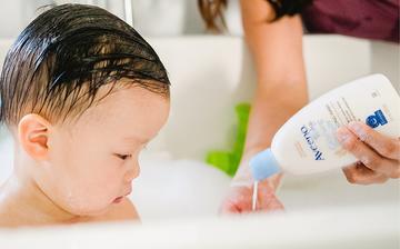 baby using moisturizing baby wash from aveeno