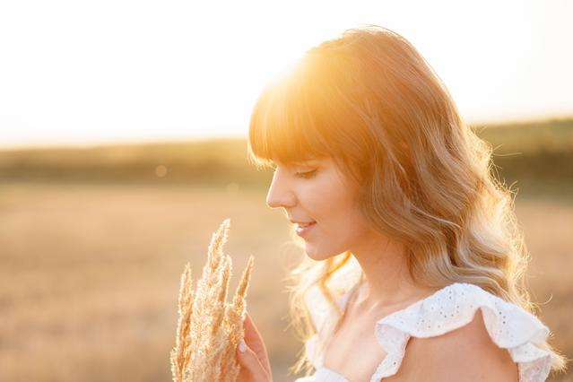 woman with soft wavy hair holding oat