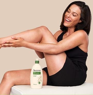 mujer usando la loción corporal aveeno para piel seca en las piernas