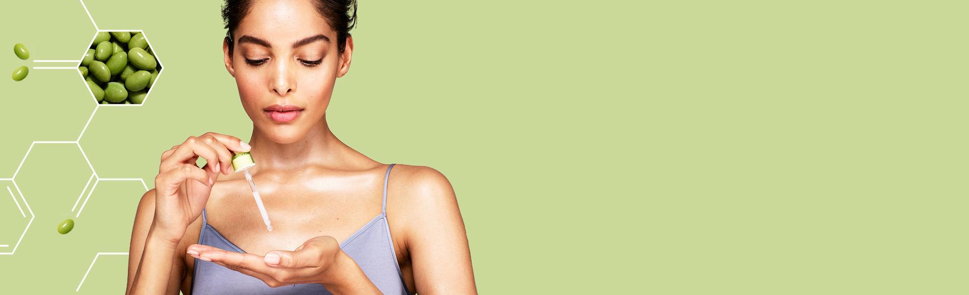 mujer con tratamiento para manchas oscuras y piel radiante